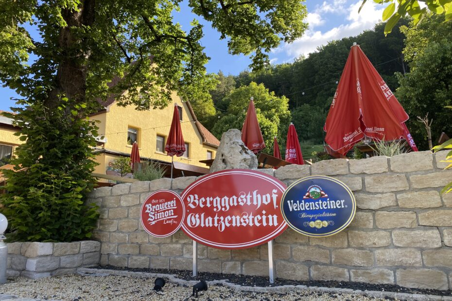 berggasthof_glatzenstein_blick_auf_biergarten_Eingang
